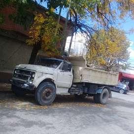 Camión Chevrolet con volcador y motor Mercedes Benz