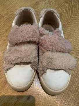 Bota marca chekky y zapatillas marca sara