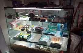 Venta vitrina mostrador con luz incorporada. Dos estanterías con 17 entrepaños Anilladora e inventario de papelería