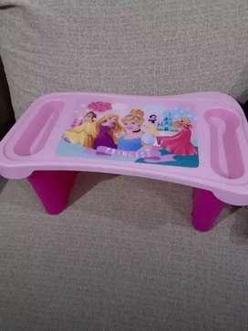 Mesa y vasito de princesa de avon