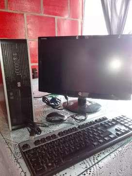 Computador de escritorio + la mesa