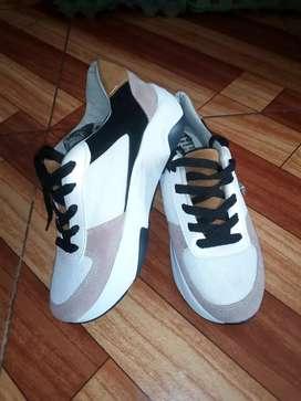Se venden zapatillas deportivas totalmente nuevos