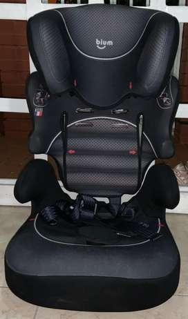 silla de bebe para carro de edad de 0 a 4 años, marca BIUM.