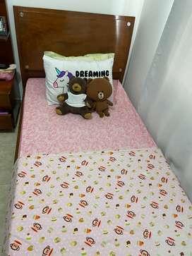 cama sencilla + colchón + peinadora + mesa de noche