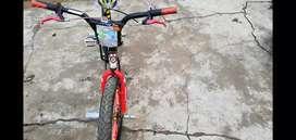 Vendo bicicleta recién engrasada con grasa azul y precio negociable