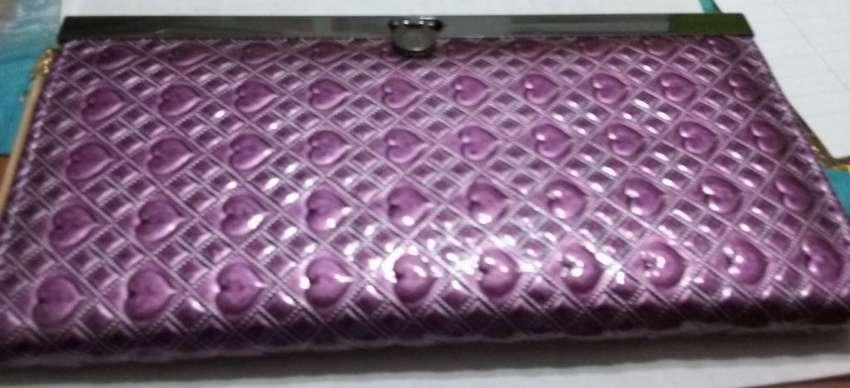Billetera violeta corazones con borde metalico y traba 0