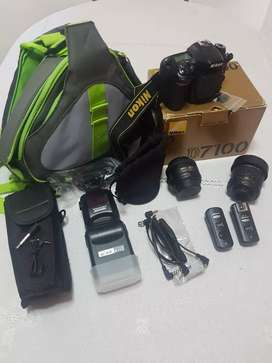 D7100 + lente Nikon 18-55mm 1:3,5-5.6 + cargador, batería + lente Nikon 35mm 1:1.8 + memoria 32gb + flash + bolso