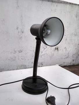 Velador de mesa, de metal, flexible, incluye lampara. Medidas: 35 cm de altura maxima. Base: 13 cm de diametro