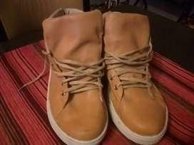 """Zapatillas usadas muy buen estado detalle se soltó el hilo de la costura no está rota por ningún lado.  N""""43"""
