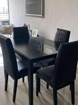 Excelente comedor de 4 puestos de marca JAMAR, color negro, en cuero, elegante y cómodo al mismo tiempo