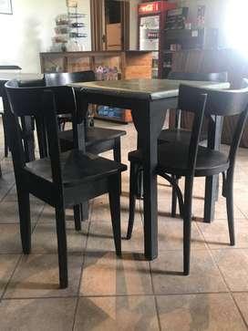 Sillas y mesa tipo bar