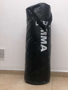 Saco de Boxeo con guantes y soporte.