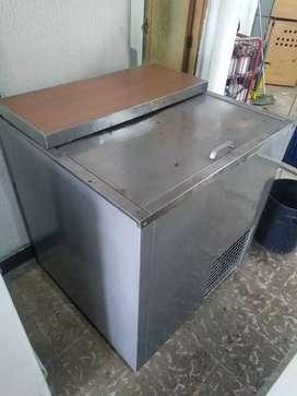 Congelador de una tapa gris