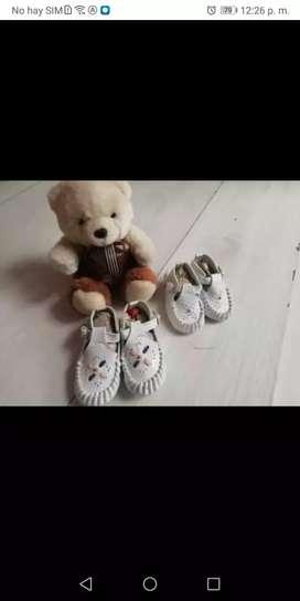 2 pares de zapatos de bebé