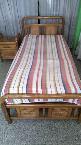 Vendo cama con mesa y colchón