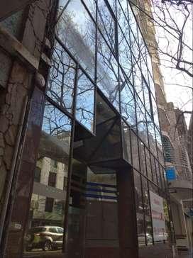 Importante local vidriado en ubicación centrica