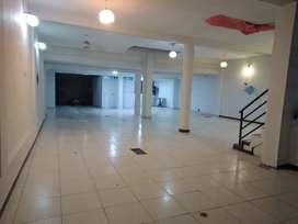 Se alquila local comercial en sotano de 220mts, para almacen y otros, cuenta con tres baños y dos puertas de ingreso.