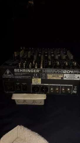 Consola berihnger de 8 canales