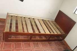 cama sencilla con tablas. Le faltan los cajones.