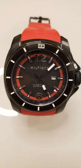Reloj Hilfiger negro con rojo, modeno