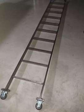 Escalera metálica liviana con ruedas