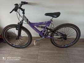 Bicicleta de niña rin 24 todo terreno rines triple pared Gw en excelente estado