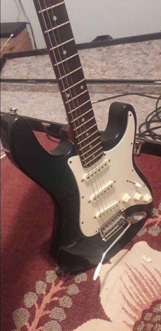 Guitarra electrica ,estuche,cable. 0