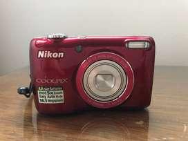 Camara fotografica digital marca Nikon color fuxia