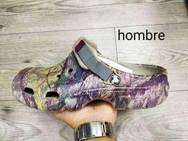 Zapatos Crocs camuflados.