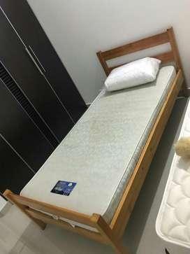 En Acacias se Venden Camas sencillas de madera fina, Colchones Spring y Mesas de noche a 200.000 cada cama