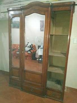 Ropero antiguo con espejos bicelados