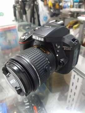 Nikon D5300 con lente como nueva