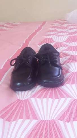 Vendo zapatos de uniforme y sudadera en buenas condiciones
