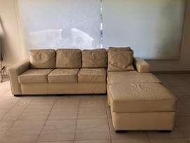 Sofa de cuero 4 cuerpos, con chaise long marca Roteva