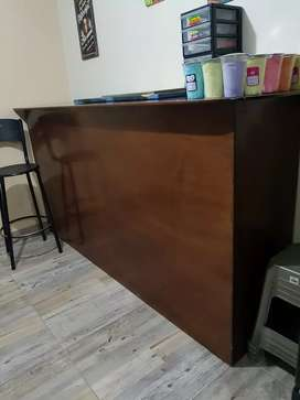 Se vende barra bar y butacos en madera