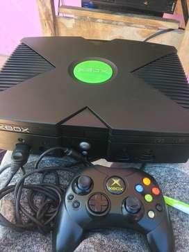 Xbox clasico con un control original y sus cables