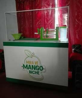 Negocio puesto stand de mango biche en tiras