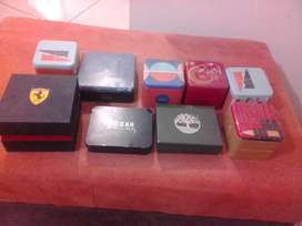 cajas de relojes y billeteras.
