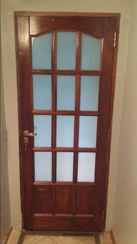 puerta de madera maciza con vidrios repartidos