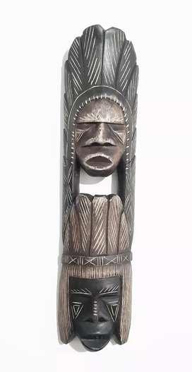 Vendo máscara tallada en madera por comunidades indígenas del Amazonas.
