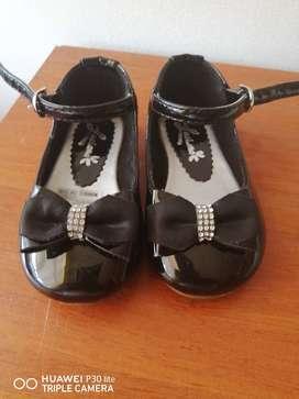 Bellos zapatos patentes para niña talla 19, marca Lucianaa,
