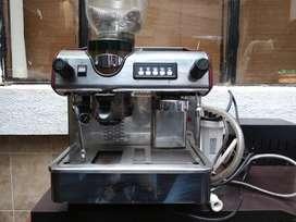 Muebles y electrodomésticos para cafetería (Congelador 100L. Registradora Cassio PCR-T280. Capuccinera San Giorgio)