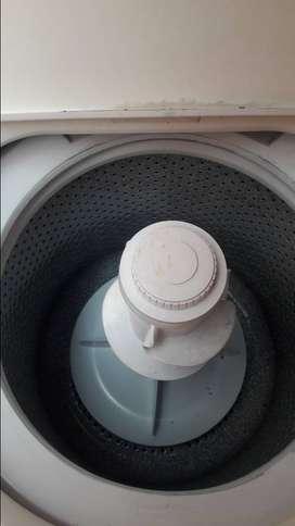 Vendo lavadora vilpor blanca de  de 20 libras  con su forro