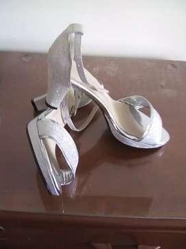 Vendo zapatos plateados como nuevos