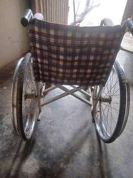 Silla de ruedas un par de muletas de aluminio un andor de aluminio