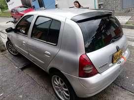 Clio 2004 , placas de Manizales, todo al día , traspasos incluidos , carro en buenas condiciones