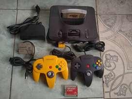 Nintendo 64 con un juego, dos controles, jumper pak y memory card