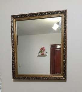 Espejo decorativo mediano, marco dorado