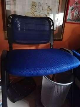 Se vende, sillas de oficina casi nuevas. Y un archivador.