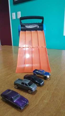 Pista de carreras con rampa, +4 autos de juguete